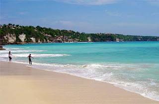 Pasir putih dan Ombak besar di Pantai Dreamland, Bali