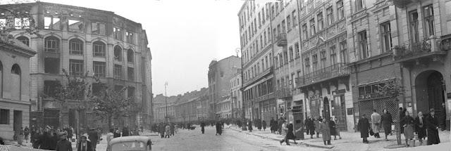 Miejsce akcji ok. 1940 – ulica Długa, widok w kierunku wschodnim. Po lewej stronie Arsenał i wypalony gmach Pasażu Simonsa (w 1943 częściowo rozebrany)