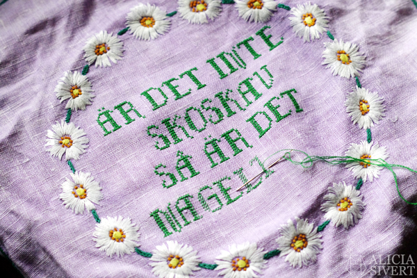 """Är det inte skoskav så är det nageltrång"", embroidery on upcycled fabric by Alicia Sivertsson for refo, 2016. broderi korsstygn cross stitch blommor duk broderad duk remake redesign återbruk skapa skapande kreativitet diy do it yourself gör det själv bonad är det inte det ena så är det det andra"
