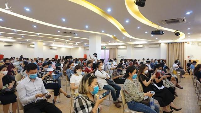 Nhiều phụ huynh đợi từ sáng đến chiều, yêu cầu lãnh đạo trường Dân lập Quốc tế Việt Úc, TP.HCM, đối thoại về học phí và chất lượng giáo dục nhưng không được đáp ứng.