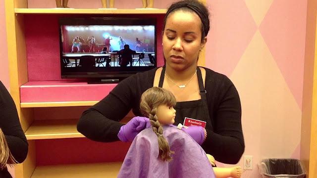 Hair Salon Dol na loja de brinquedos American Girl Place em Los Angeles