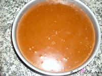 Añadiendo la capa de queso, chocolate y café al molde