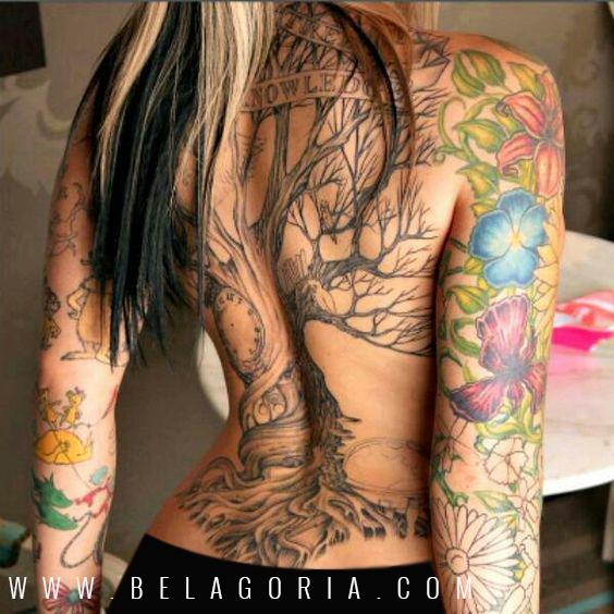 Chica punk , lleva tatuaje de un arbol en la espalda, el arbol tattoo retorcido con un reloj
