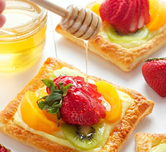 VANILLA BEAN CUSTARD FRUIT TARTS WITH HONEY GLAZED FRUIT #desserts #sweets