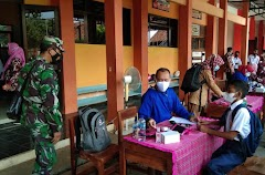 Anggota Koramil 16/Wanareja Dampingi Vaksinasi, Sasar Siswa-siswi SMPN 2 Wanareja