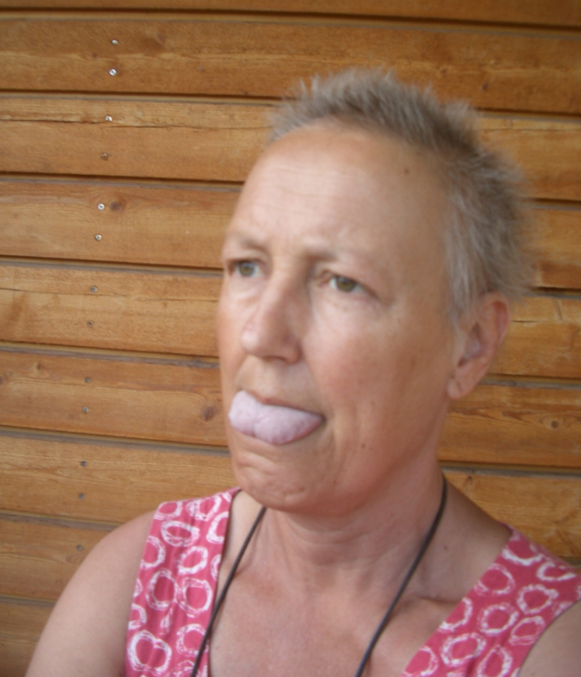 vita prickar på tungan ont