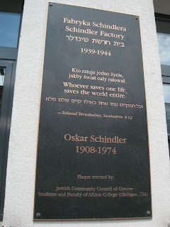 Plaque outside the Oskar Schlinder Museum