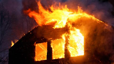 Tragédia Tolnán: holtan hoztak ki egy nőt egy égő házból