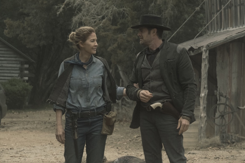John Doria y June, en el episodio 5x03 Humbug's Gulch de Fear The Walking Dead