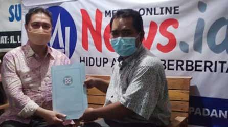 Asep Setiawan menyerahkan map tanda telah diverifikasi faktualnya media online Mjnews.id