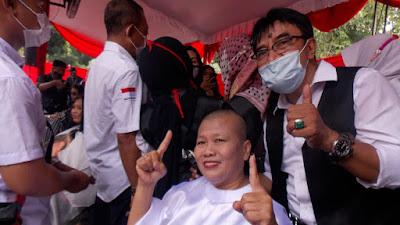 Relawan Aksi Cukur Gundul saat Eri Cahyadi-Armuji Menang