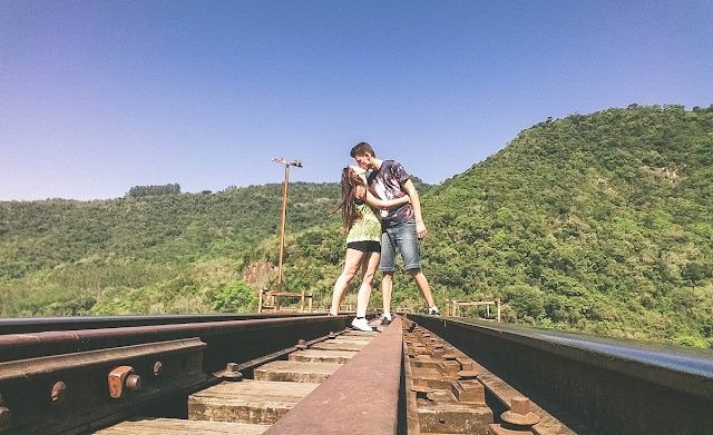 Casal se beijando nos trilhos