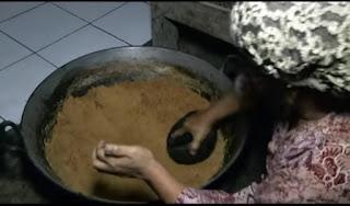 proses menekan dan mengilas dengan bathok dari kelapa