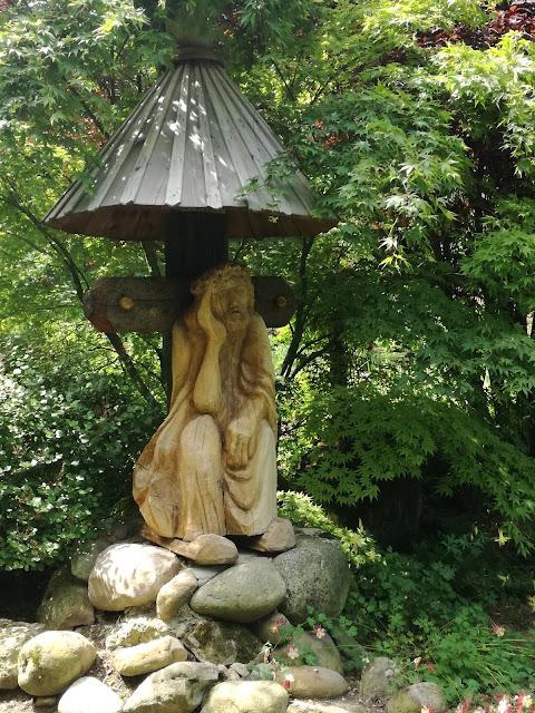 drewniana rzeźba w ogrodzie, kapliczka