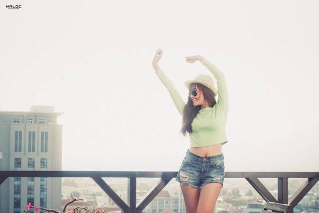Cô gái mùa hè xinh đẹp một màu xanh tươi sáng