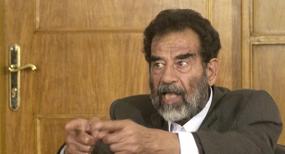 أثارت جدلا... هل هذه صورة تنشر لأول مرة قبل إعدام صدام حسين بدقائق