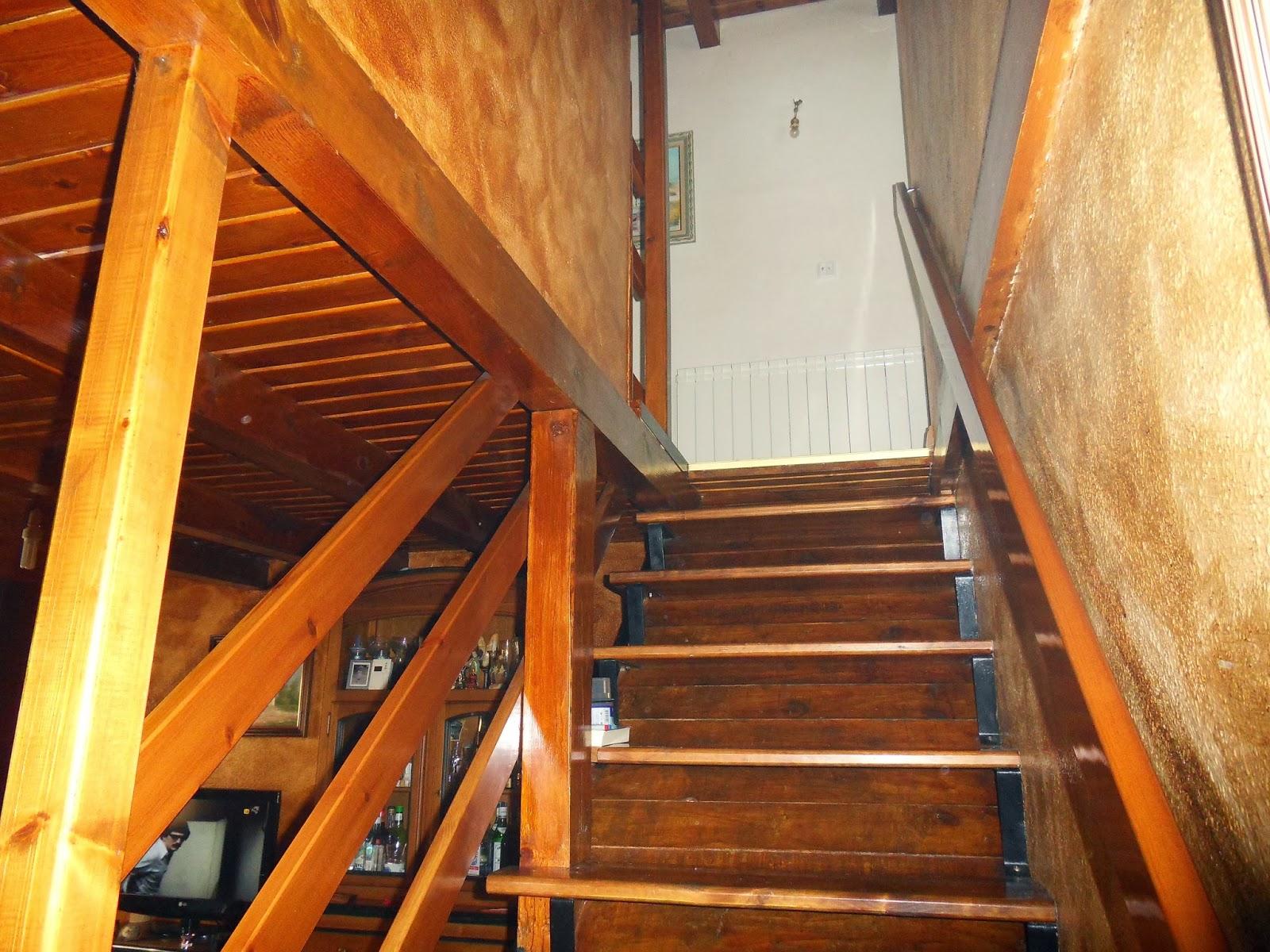 La casa de noa vendo casa en pirineo valle de benasque huesca las escaleras de subida a la primera planta tiene los escalones cerrados y muy cmoda de subir vista desde abajo fandeluxe Images