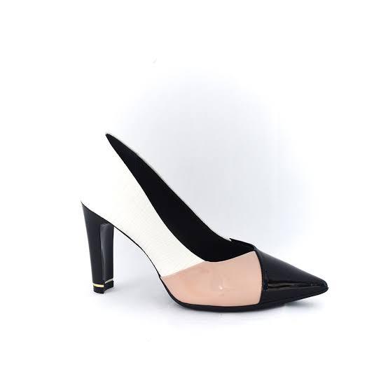 Deixa eu fazer uma pergunta pra você, você conhece alguém que é fascinada por sapatos? Talvez você conheça, aquela pessoa que não vive sem sapatos, quando ver uma loja tem vontade de comprar todos, pois é os sapatos é um adereço que convive com a gente diariamente, os sapatos fazem parte do nosso dia a dia.