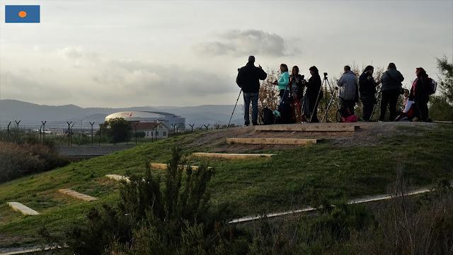 Fotógrafos a la espera de la llegada de aviones dispuestos a aterrizar en Barcelona