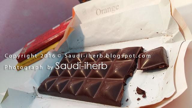 قطع البرتقال بداخل لوح شوكولاتة