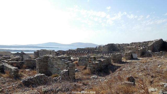 widok na ruiny hostelu w świetle prażącego słońca Delos Cyklady Grecja