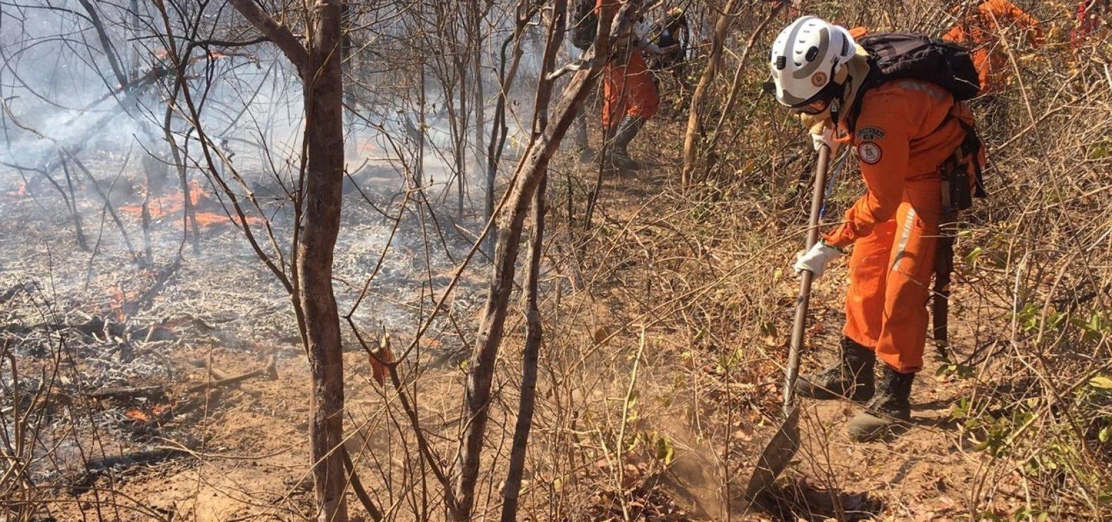 Corpo de Bombeiros envia reforço para combate a incêndio na Serra da Bandeira, em Barreiras