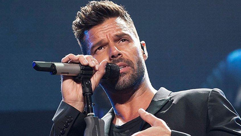 Cantante Ricky Martin Cantando