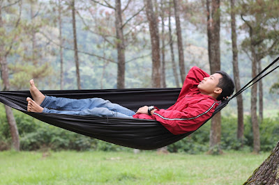 Tiduran di hammock
