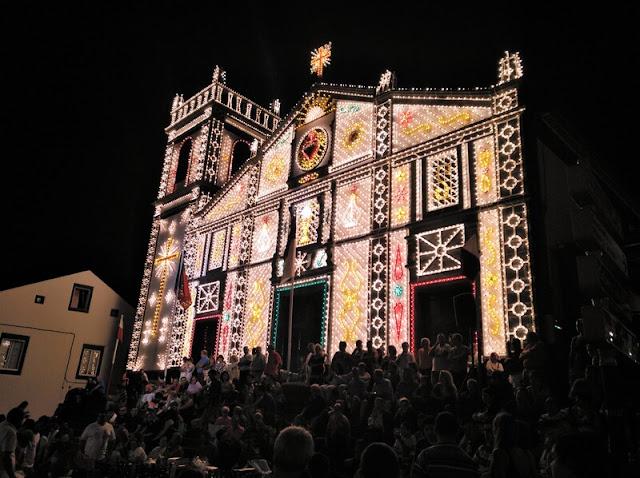Iglesia de Nuestra Señora de la Concepción iluminada con motivos religiosos realizados con bombillas de colores en las fiestas de Agosto en Ribeira Grande en Azores