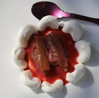 meringue , rhubarbe , coulis fraises