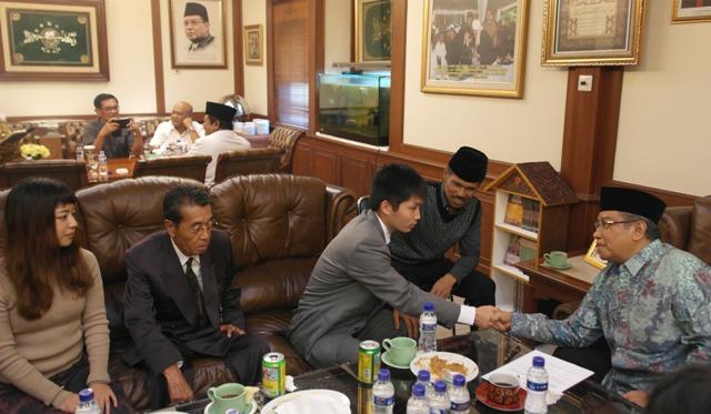 Alhamdulillah, KH Said Aqil Siroj Bimbing Dua Warga Jepang Masuk Islam