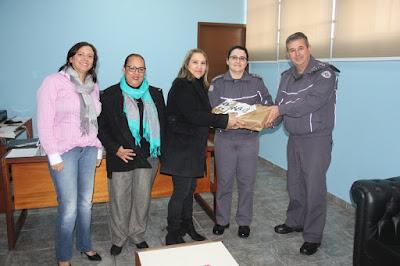 Patrulha Família Segura recebe panfletos da Prefeitura de Registro-SP para auxiliar na divulgação do trabalho