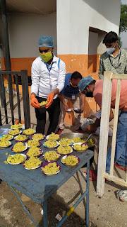 हजारों प्रवासी मजदूरों को सड़क पर रोक कर करवाया जा रहा भोजन