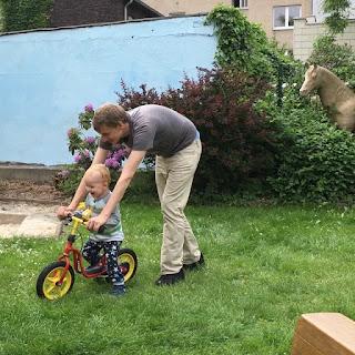 Christkind fährt Laufrad mit Max