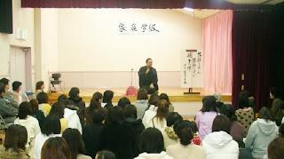 三遊亭楽春講演会、落語に学ぶ親子の絆。