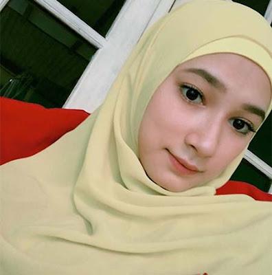 Nadira Sungkar Pakai Hijab Kuning