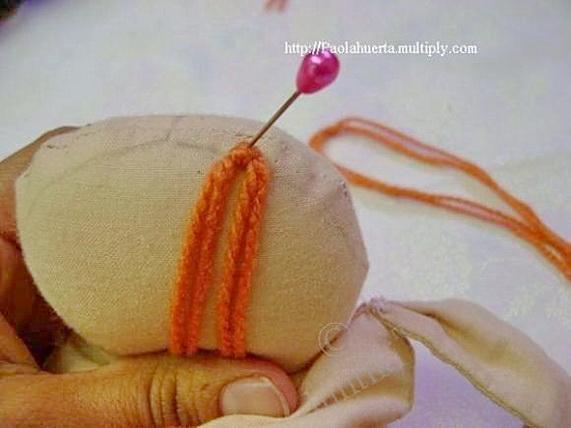 как сделать прическу текстильной кукле из пряжи