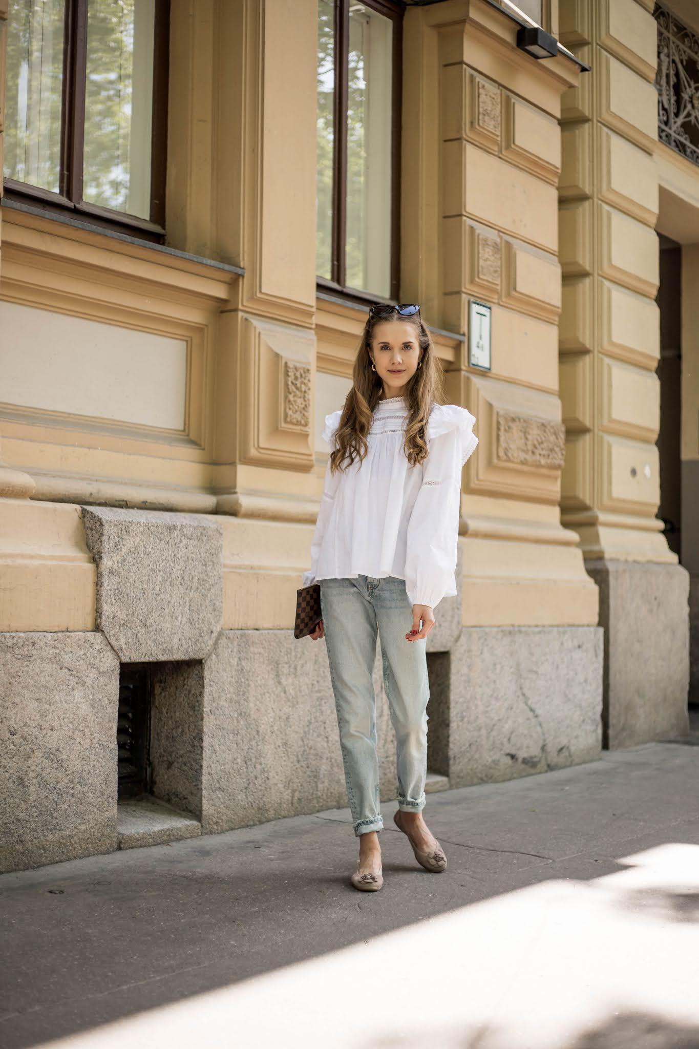 Vaaleansiniset farkut ja valkoinen pusero // Light blue jeans and white blouse