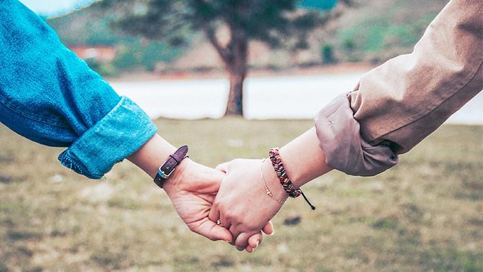 Đôi ta chỉ hơn tình bạn nhưng không phải yêu