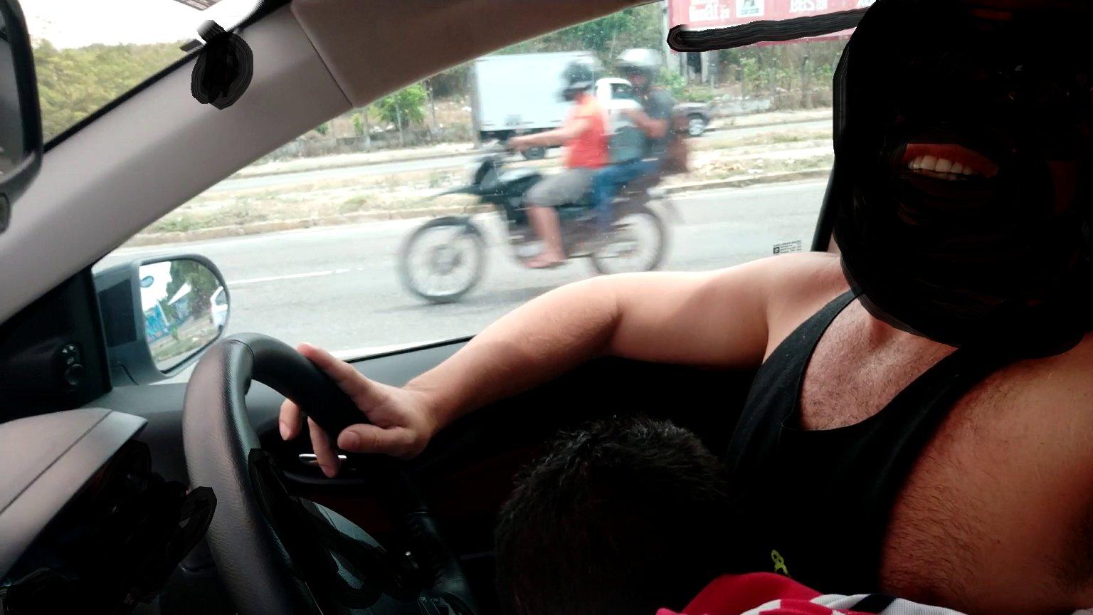 sexo oral gay dentro del auto