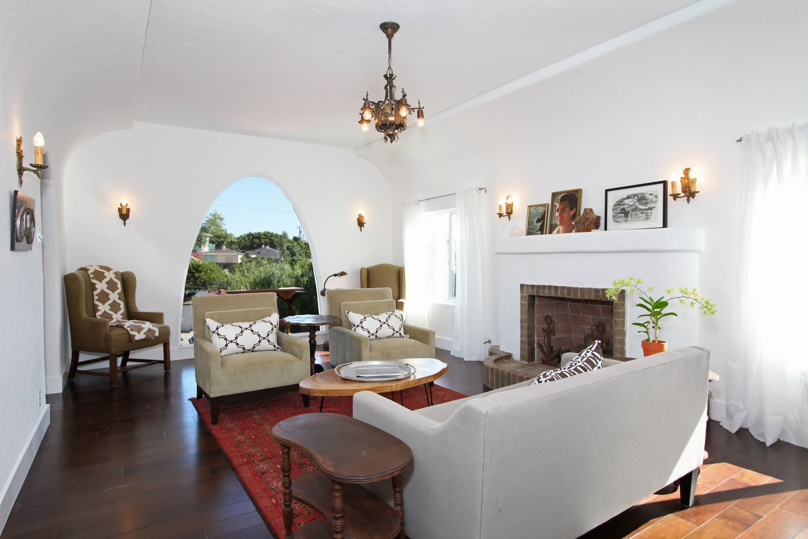 See this house spanish style charmer nbaynadamas - White walls living room ...