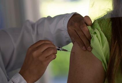 Falta de critério único para a fila da vacina dificulta o controle