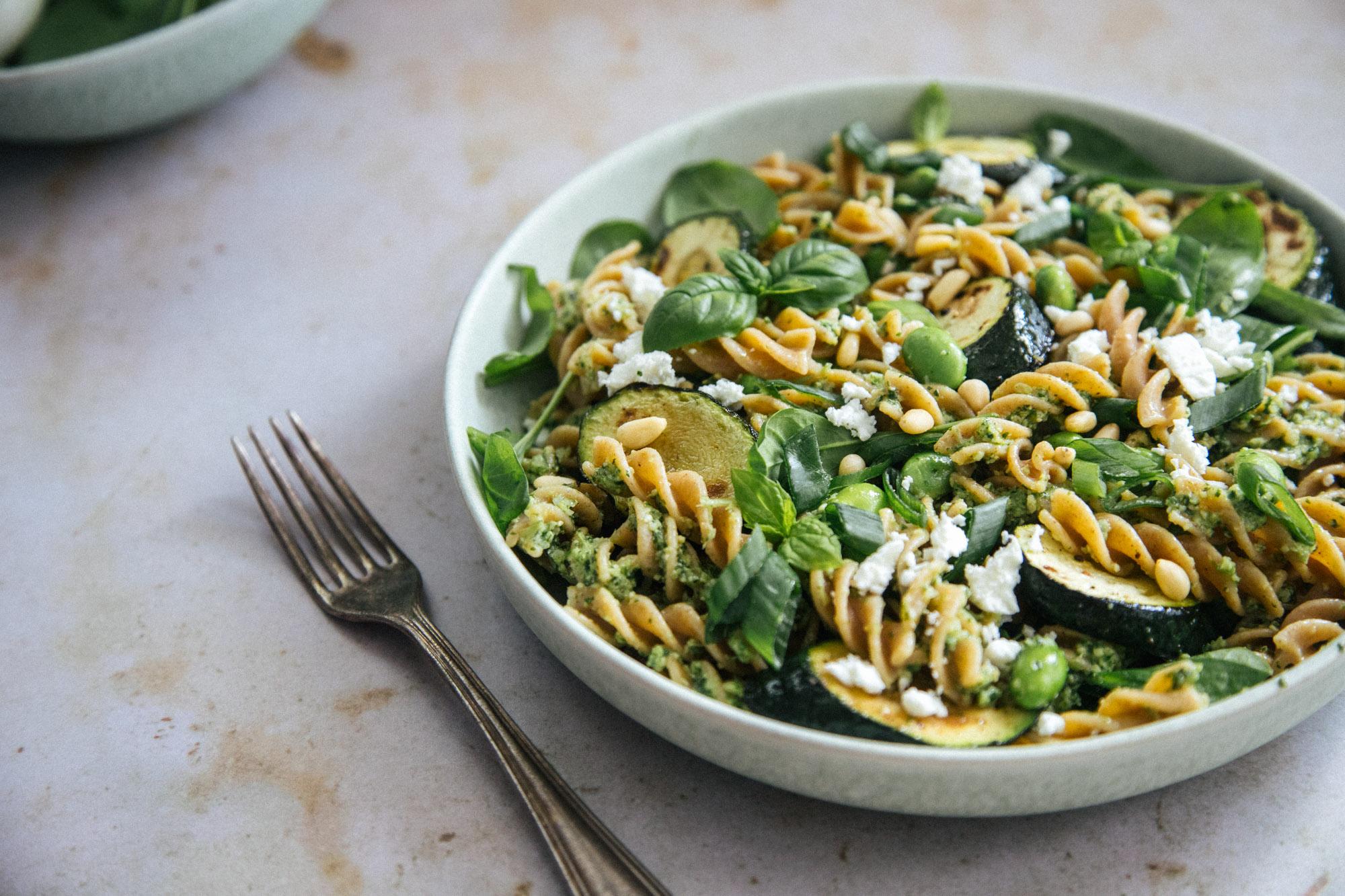 pesto-kesäkurpitsa-salaatti
