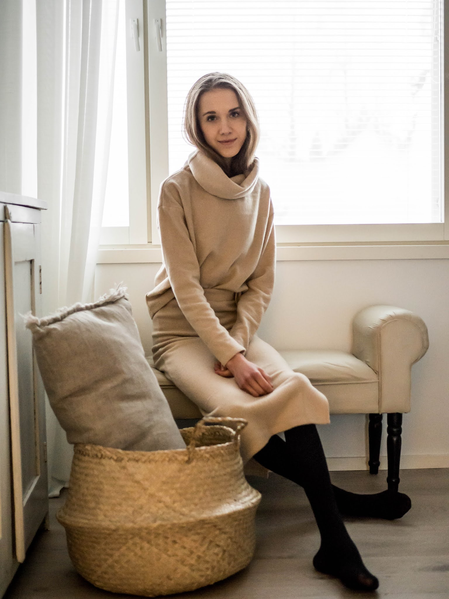 Kokonaan beige asu neuleen ja neulehameen kanssa // All beige outfit with sweater and knitted skirt