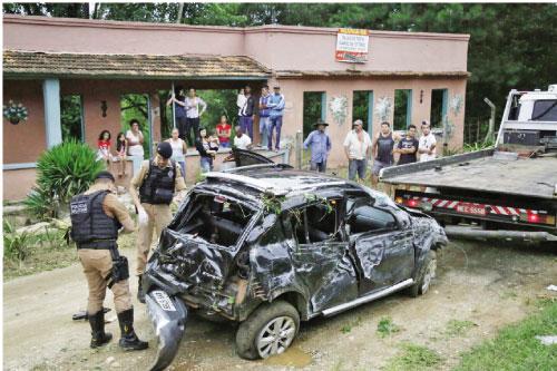 Carro se perde fica pendurando em arvore e 5 vão presos em Colombo