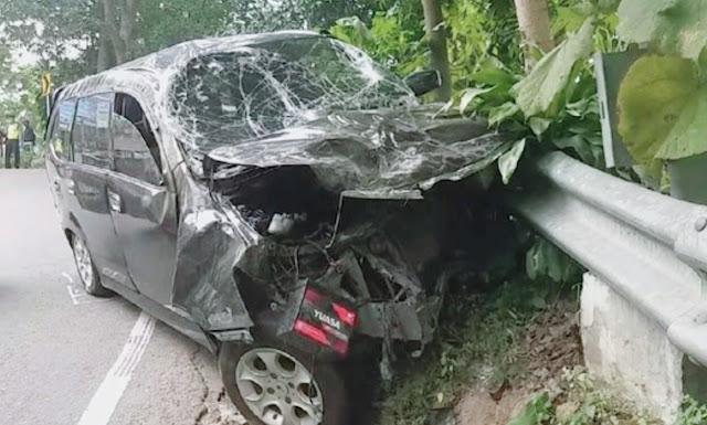 "Pasuruan-Kecelakaan yangmelibatkan mobil Toyota Avanza, motor Yamaha N-Max dan motor Honda Vario terjadi di Jalan Jurusan Trawas-Prigen, Desa Lumbangrejo, Kecamatan Prigen, Kabupaten Pasuruan. Akibatnya, Dua pengendara motor tewas di lokasi.  Kecelakaan bermula saat Avanza nopol W 1704 WA yang dikemudikan Cahyo Dwi Adi Saputro (23), warga Jalan Tenggor Joyo, Kedungkendo, Candi, Sidoarjo, melaju dari selatan ke utara.   Sesampainya di tempat kejadian perkara saat jalan menurun, pengemudi tidak bisa menguasai kendaraan lalu menabrak dari belakang N-Max nopol W 6451 XV. N-Max lalu terpental dan mengenai Honda Vario nopol S 3746 TAH yang berjalan searah. Toyota Avanza kemudian menabrak pagar pembatas jalan.  ""Pengendara Avanza telah melanggar rambu larangan masuk meski melaju dengan kecepatan sedang,"" ujar Kanit Laka Lantas Polres Pasuruan Iptu Marti, Senin (29/6/2020).  Akibatkecelakaan, pengendara N-Max, Suhartono (62), warga Permata Candi, Balong Gabus, Candi, Sidoarjo dan penumpangnya, yang masih belum diketahui identitasnya tewas di lokasi. Suhartono dan Mrs X penumpangnya mengalami luka sangat parah di bagian kepala.   Sementara pengemudi Avanza dan dua penumpangnya selamat meski kondisi kendaraannya remuk di bagian depan. Sedangkan pengendara Vario, M Aminullah (17), warga Pungging, Mojokerto, mengalami luka ringan. (Putra)"