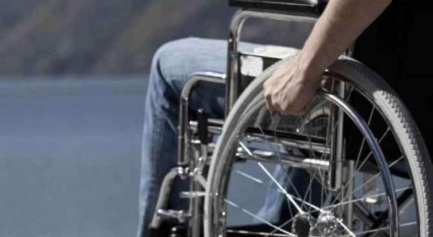 Foggia. Insultato da tre automobilisti, disabile colpisce l'auto e viene preso a schiaffi. Indaga la Polizia