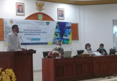 Wawali Usman Tamnge ketika membacakan sambutan Wali Kota Adam Rahayaan pada Pembukaan Seminar Akhir Review Ripparda Kota Tual di Aula Balai Kota Tual, Rabu (23/06/2021). Foto: Nick Renleuw