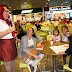 Turistas são recepcionados pela Prefeitura com show de humor no Aeroporto