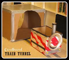 tren hecho con cajas de cartón reciclado